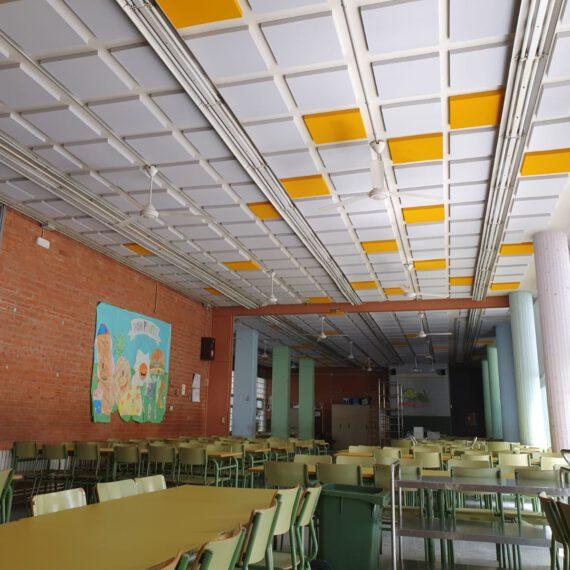 Colocación de paneles en comedor de colegio para disminuir el eco