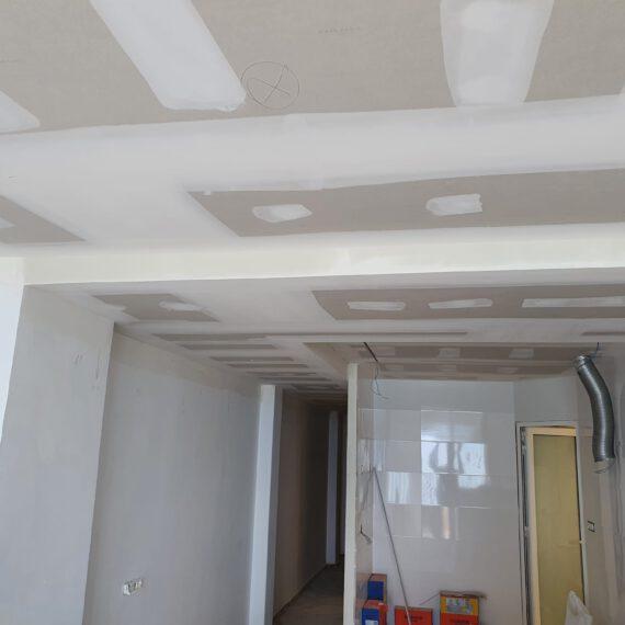 Techos a dos alturas para colocar rejillas para aire acondicionado